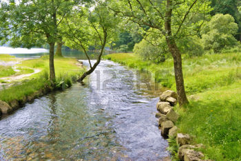 1470804-verano-de-vista-de-un-arroyo-que-fluye-en-buttermere-ingl-s-en-el-lake-district